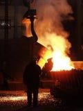 Produzione d'acciaio degli impianti d'acciaio Fuso, emettendo luce, giallo, bianco, plavitsya del metallo le scintille del fuoco  Fotografia Stock Libera da Diritti