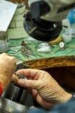 Produzione dei gioielli Il processo delle pietre della riparazione immagini stock