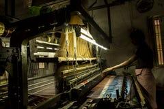 Produzione dei Sarees di seta fotografie stock