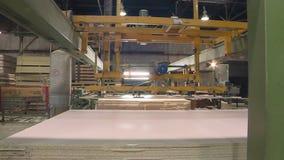 Produzione del cartone di fibra laminato Strati del cartone rigido per produzione della mobilia video d archivio