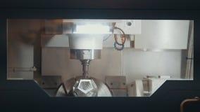 Produzione del dettaglio del metallo 3D sulla macchina alla fabbrica Fotografie Stock Libere da Diritti