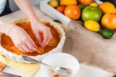 Produzione del dolce con l'agrume Immagini Stock Libere da Diritti