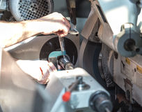 Produzione delle parti su un tornio del metallo Un lavoratore controlla la dimensione w Fotografia Stock Libera da Diritti
