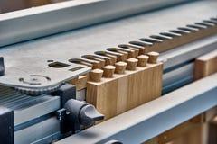 Produzione di carpenteria e di falegnameria Parte di una scatola di legno, fatta con una fresatrice Accoppiamento della coda di r immagini stock libere da diritti