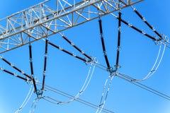 Produzione di elettricità Concetto di energia Dettaglio dell'isolante ceramico ad alta tensione Cavo ad alta tensione Immagini Stock