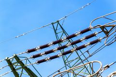 Produzione di elettricità Concetto di energia Dettaglio dell'isolante ceramico ad alta tensione Cavo ad alta tensione Fotografie Stock