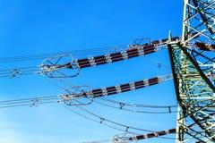 Produzione di elettricità Concetto di energia Dettaglio dell'isolante ceramico ad alta tensione Cavo ad alta tensione Fotografia Stock