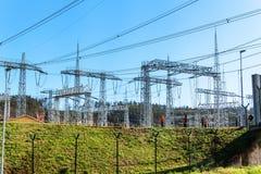 Produzione di elettricità Concetto di energia Sottostazione per la conversione e la distribuzione ad alta tensione di elettricità Fotografie Stock