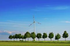 Produzione di energia alternativa, dei pannelli solari e dei generatori eolici Fotografia Stock Libera da Diritti