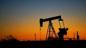 Produzione di energia Nord America di Rig Pumpjack Working Natural Resource dell'olio stock footage