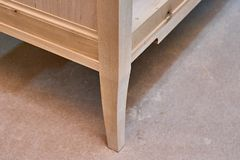 Produzione di mobilia di legno Gabinetto di vanit? del bagno Fabbricazione della mobilia Primo piano fotografie stock libere da diritti