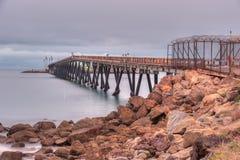 Produzione di petrolio di petrolio marino di California vicino alla riva Immagini Stock Libere da Diritti