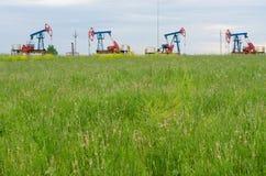 Produzione di petrolio sui precedenti del cielo immagine stock libera da diritti