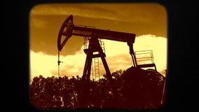 Produzione di Rig Mining Machine Digging While dell'olio stock footage