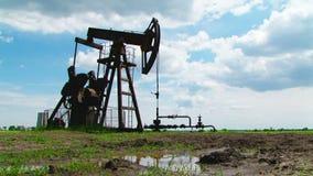 Produzione di Rig Mining Machine Working While dell'olio stock footage