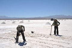 Produzione di sale sugli appartamenti del sale di Uyuni Immagini Stock Libere da Diritti