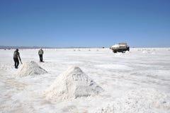 Produzione di sale sugli appartamenti del sale di Uyuni Immagini Stock