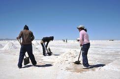 Produzione di sale sugli appartamenti del sale di Uyuni Fotografia Stock