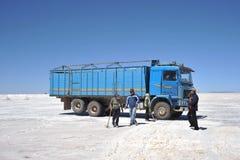 Produzione di sale sugli appartamenti del sale di Uyuni, lago di sale inaridito in Altiplano Fotografia Stock