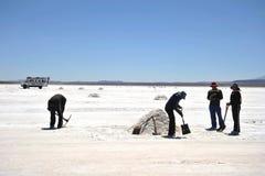 Produzione di sale sugli appartamenti del sale di Uyuni, lago di sale inaridito in Altiplano Fotografie Stock