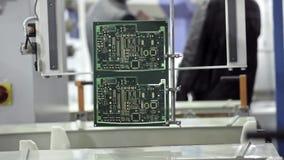 Produzione elettronica del circuito La linea di produzione muove un microchip dall'acqua lungo il trasportatore E video d archivio