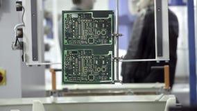 Produzione elettronica del circuito La linea di produzione muove un microchip dall'acqua lungo il trasportatore E stock footage