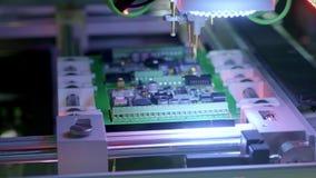 Produzione elettronica del circuito La macchina automatizzata del circuito produce il bordo elettronico digitale stampato video d archivio