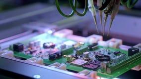 Produzione elettronica del circuito La macchina automatizzata del circuito produce il bordo elettronico digitale stampato archivi video