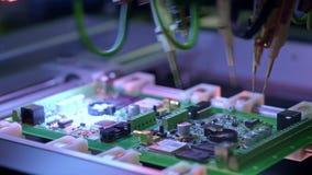 Produzione elettronica del circuito La macchina automatizzata del circuito produce il bordo elettronico digitale stampato stock footage
