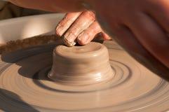 Produzione fatta a mano della ceramica sul cerchio delle terraglie Immagine Stock