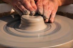 Produzione fatta a mano della ceramica sul cerchio delle terraglie Immagine Stock Libera da Diritti