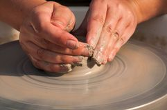 Produzione fatta a mano della ceramica sul cerchio delle terraglie Fotografie Stock Libere da Diritti
