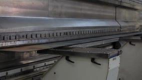 Produzione industriale - la macchina per il piegamento del metallo video d archivio