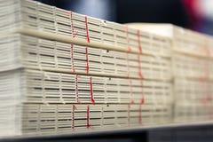 Produzione industriale rossa Fini delle pile delle spine dorsali del filo della rilegatura di libro Immagine Stock Libera da Diritti
