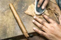 Produzione reale di un sigaro fatto a mano Fotografie Stock Libere da Diritti