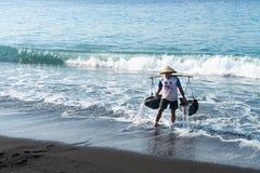 Produzione tradizionale del sale marino sopra sulla sabbia nera vulcanica, B Immagini Stock