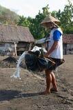 Produzione tradizionale del sale marino sopra sulla sabbia nera vulcanica, B Fotografia Stock