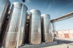 Produzione vinicola dell'iarda del vino in una cantina moderna fotografia stock libera da diritti