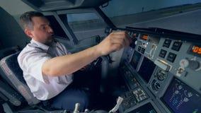 Proef bereidt een vliegtuigensimulatie voor de vlucht voor stock videobeelden