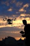 Proef vliegt de hommel met de camera met de achtergrond van de horizonstad Stock Afbeeldingen