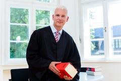 Proefadvocaat in zijn advocatenkantoor Royalty-vrije Stock Foto