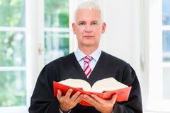 Proefadvocaat in zijn advocatenkantoor Stock Afbeeldingen