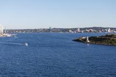 Proefboat cruising van Halifax dichtbij Vuurtoren stock foto
