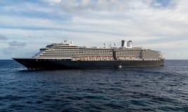 ProefBoat door Massief Zwart-wit Cruiseschip Stock Foto