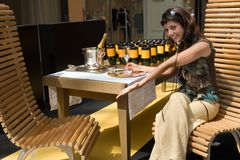 Proevende champagne Stock Afbeeldingen