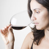 Proevende rode wijn Royalty-vrije Stock Foto's