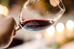 Proevende rode wijn