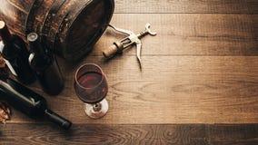 Proevende uitstekende rode wijn Stock Fotografie