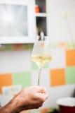 Proevende witte wijn stock afbeelding