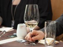 Proevende witte wijn Royalty-vrije Stock Foto